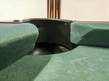 Dziura bilardowy stół z zielonym płótnem na tle i bilardowe wskazówki zdjęcie royalty free