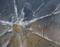 Dziura Po Kuli w Drucianej siatki szkle z graniami Zdjęcie Royalty Free