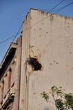 Dziura po kuli wojna na uszkadzającym budynku Fotografia Royalty Free