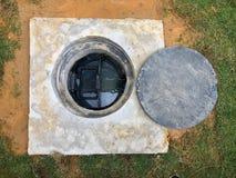 Dziura tłuszcza oklepa podziemny zbiornik z rynsztokowym systemem Fotografia Royalty Free