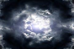 Dziura w Dramatycznych chmurach zdjęcie stock