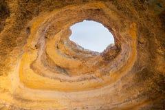 Dziura w jama dachu blisko Carvoeiro w Portugalia zdjęcie stock