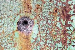 Dziura w nieociosanej metal ścianie z pajęczyną w nim zdjęcia royalty free