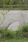 Dziura w ogrodzeniu. zdjęcia stock