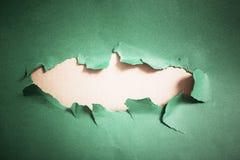 Dziura w zielonym papierze, abstrakcjonistyczny tło obraz stock