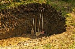 Dziura z łopatą, rydlem i motyką Fotografia Royalty Free