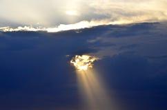 Dziura z słońca raysthrough chmury Fotografia Royalty Free