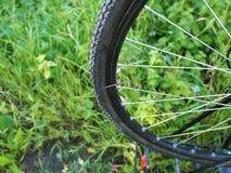 Dziurawienie rower, zamienia kamerę na rowerze dziura w kole zdjęcia royalty free