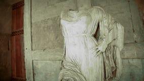 Dziwaczna bezgłowa statua kobieta przy nawiedzającym kasztelem, czarny i biały horror zbiory wideo