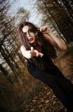 Dziwaczna goth dziewczyna trzyma przyglądającego szkło w ręce Zdjęcia Stock