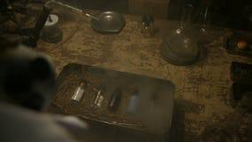 Dziwaczny naukowiec otwiera stalowego pudełko z składnikami zdjęcie wideo