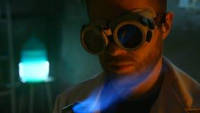 Dziwaczny naukowiec zapala benzynowego palnika zdjęcie wideo