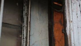 Dziwaczny złowieszczy miejsce z zakurzonym starym okno zakrywającym z pajęczyną, nawiedzający dom zbiory