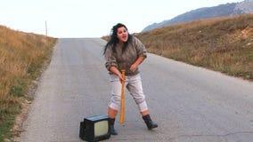 Dziwna kobieta Creaming Przy drogą zdjęcie wideo
