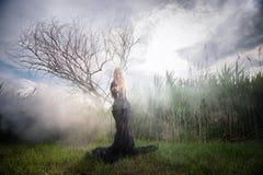 Dziwna kobieta w ranek mgle Zdjęcia Royalty Free