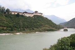 Dzong van Wangdue Phodrang, Bhutan, werd gebouwd bij de bovenkant van een heuvel Stock Fotografie