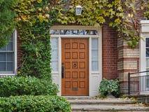 dzwi wejściowy otaczający winogradami dom fotografia royalty free