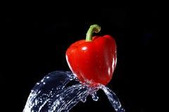 dzwon dostaje strumień pieprzową czerwoną wodę uderzeniu Obrazy Royalty Free