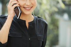 Dzwonić uśmiechniętej kobiety fotografia royalty free