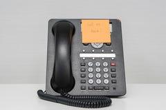 Dzwoniący tylną wiadomość w kleistej notatce na IP dzwoni Obraz Royalty Free