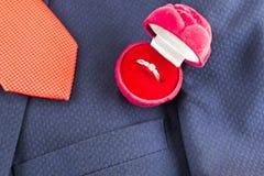 Dzwoni, krawat i kurtka, zakończenie pierścionek zdjęcie royalty free