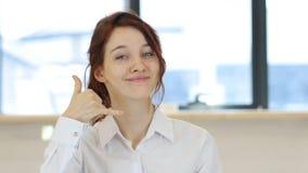 Dzwoni My, Kontaktuje się My Czerwoną Włosianą kobietą, gest Fotografia Stock