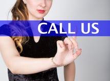 Dzwoni my pisać na wirtualnym ekranie Technologii, interneta i networking pojęcie, kobieta w koszula czarnych biznesowych prasach Zdjęcia Royalty Free