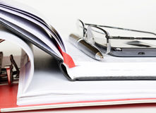 Dzwoni, pióro i szkła na notatniku zdjęcie royalty free
