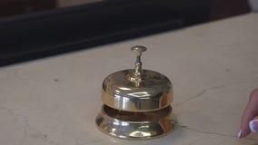 Dzwoni przyjęcie Kobiety ` s ręka naciska dzwon z bliska zbiory