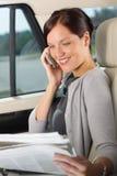 dzwoniący samochodowego wykonawczego kierownika siedząca kobieta Zdjęcie Royalty Free