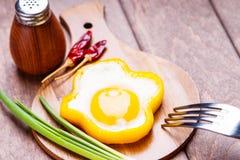 Dzwonkowego pieprzu jajka pierścionek na tnącej drewnianej desce, solankowym potrząsaczu, rozwidleniu, chili pieprzu i zielonej c Zdjęcie Stock