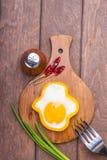 Dzwonkowego pieprzu jajka pierścionek na tnącej drewnianej desce, solankowym potrząsaczu, rozwidleniu, chili pieprzu i zielonej c Obrazy Royalty Free