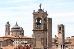 Dzwonkowy góruje w górnym mieście Citta Alta w Bergamo zdjęcie royalty free