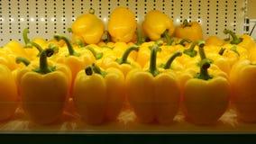 Dzwonkowy pieprz przy supermarket półką Obrazy Royalty Free