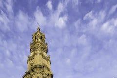 Dzwonkowy wierza Clerigos kościół w chmurnym niebieskiego nieba tle Zdjęcie Stock