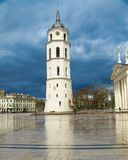 Dzwonkowy wierza i bazylika na katedra kwadracie, Vilnius, Lithuania zdjęcia royalty free