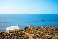 Dzwonkowy wierza i biały kościół przy Loutro, Chania, Crete Zdjęcia Royalty Free