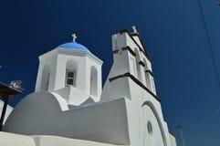 Dzwonkowy wierza I Główna fasada Piękny kościół Pyrgos Kallistis Na wyspie Santorini Podróż, rejsy, architektura, obraz royalty free