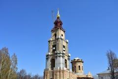 Dzwonkowy wierza Kostroma Kremlin koronował z krzyżem obraz stock