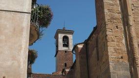 Dzwonkowy wierza między kwitnącą balkonową i antyczną ścianą w Pavia, Włochy zbiory
