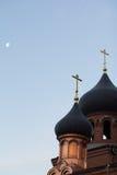Dzwonkowy wierza starego wierzącego ortodoksyjny kościół przy wczesnym zima rankiem, krzyże z księżyc w niebie Zdjęcia Stock