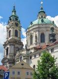 Dzwonkowy wierza stNicholas kościół, barokowy kościół w Lesser miasteczku Praga fotografia royalty free