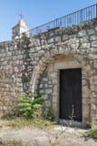 Dzwonnica i boczny drzwi w funkcjonuje kościół Chrześcijański Maronites w zaniechanej wiosce Kafr Birim w północy Zdjęcie Stock