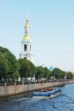 Dzwonnica kościół St Nicholas i objawienie pańskie obok Krukov kanału Obrazy Royalty Free