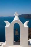 Dzwonnica przy niebieskim niebem na Santorini wyspie Obrazy Royalty Free