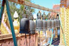 Dzwony wieszający w stalowych promieniach zdjęcia royalty free