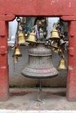 Dzwony wokoło Boudhanath stupy kompleksu w Kathmandu zdjęcia stock