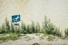 Eñal de peligro de caer en el agua Imagenes de archivo