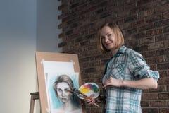 Żeńscy artystów remisy w pokoju Zdjęcia Royalty Free