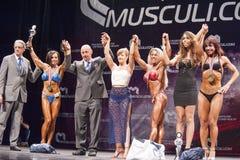 Żeńscy bodybuilders świętują ich zwycięstwo z urzędnikami na st Obrazy Royalty Free